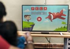 Jonge Indische jongen het letten op televisie stock afbeelding