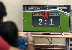 Jonge Indische jongen het letten op televisie stock foto's