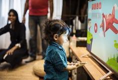Jonge Indische jongen het letten op televisie royalty-vrije stock foto