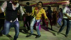 Jonge Indische mensen die in menigte bij straat in Jodhpur dansen stock video