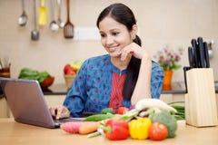 Jonge Indische vrouw die een tablet gebruiken Stock Afbeelding