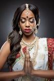 Jonge Indische vrouw in traditionele kleding met bruids make-up en juwelen Stock Afbeeldingen