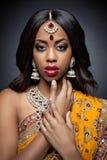Jonge Indische vrouw in traditionele kleding met bruids make-up en juwelen Stock Fotografie