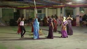 Jonge Indische vrouwen die in cirkel bij straat in Jodhpur dansen stock videobeelden