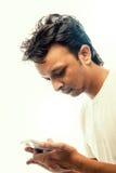 Jonge Indische zakenman die mobiele telefoon met behulp van royalty-vrije stock foto