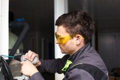 Jonge ingenieur bij de installatie Stock Foto's