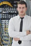 Jonge ingenieur in de ruimte van de datacenterserver Royalty-vrije Stock Afbeelding
