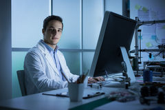 Jonge ingenieur die bij bureau werken royalty-vrije stock foto's