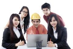 Jonge ingenieur met bedrijfsmensen op studio Stock Foto's