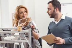 Jonge ingenieurs die updates installeren op 3D printer Royalty-vrije Stock Fotografie