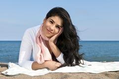 Jonge inheemse Amerikaanse vrouw bij strand Royalty-vrije Stock Foto