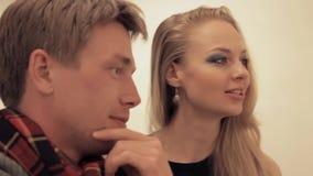 Jonge intelligente man die met aantrekkelijke vrouw in kunstgalerie lachen stock videobeelden
