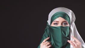 Jonge Islamitische vrouw in het nationale kostuum stellen voor de camera stock video