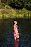 Jonge Japanse Vrouw die zich in Rivier bevinden die Natte Kleding glimlachen Stock Foto's