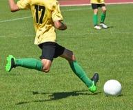 Jonge Jonge geitjes die Voetbal spelen Stock Afbeelding