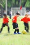 Jonge jonge geitjes die voetbal spelen Stock Foto's