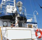 Jonge jongen aan boord van het oude schip Stock Fotografie