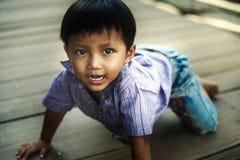 Jonge jongen in Angkor Wat met een grote glimlach Stock Afbeelding