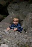 Jonge jongen bergbeklimming Stock Foto's