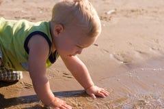 Jonge jongen bij de rand van het water royalty-vrije stock foto