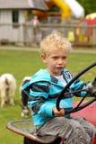 Jonge jongen bij de tractor Royalty-vrije Stock Fotografie