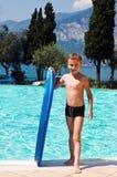 Jonge jongen bij een pool Stock Afbeeldingen