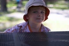 Jonge jongen bij speelplaats Stock Afbeeldingen
