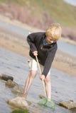 Jonge jongen bij strand met het netto glimlachen stock foto