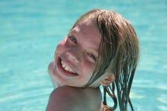 jonge jongen bij zwembad Stock Foto's