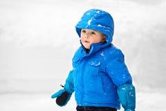 Jonge Jongen buiten in de Sneeuw - 2 royalty-vrije stock foto's