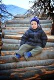 Jonge jongen in de landkant Stock Foto