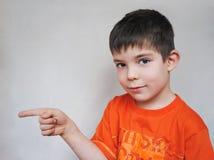 Jonge jongen die aan het recht richt royalty-vrije stock afbeeldingen