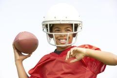 Jonge Jongen die Amerikaanse Voetbal speelt Stock Foto