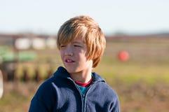 Jonge jongen die betroffen kijkt. Stock Foto's