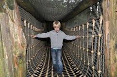 Jonge jongen die brug kruist Stock Foto