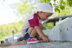Jonge jongen die buiten speelt Stock Afbeelding