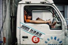 jonge jongen die in de cabine van een vrachtwagen wachten royalty-vrije stock foto's