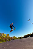 Jonge jongen die in de lucht met autoped gaat Stock Afbeeldingen