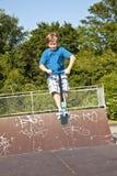 Jonge jongen die in de lucht met een autoped gaat Royalty-vrije Stock Fotografie
