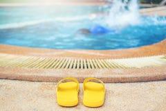 Jonge jongen die in de pool verdrinken stock foto's