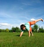 Jonge jongen die in de tuin uitoefent Stock Afbeeldingen