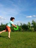Jonge jongen die in de tuin uitoefent Stock Foto