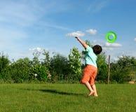 Jonge jongen die in de tuin uitoefent Royalty-vrije Stock Foto's