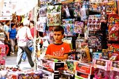 Jonge jongen die - diversiteit werken Stock Foto's