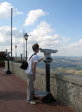 Jonge jongen die door een telescoop kijken royalty-vrije stock afbeeldingen