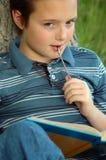 Jonge jongen die een boek leest Royalty-vrije Stock Afbeelding