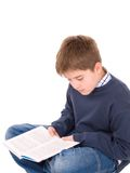 Jonge jongen die een boek leest Stock Foto