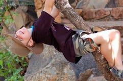 Jonge Jongen die een boom beklimt Stock Afbeeldingen