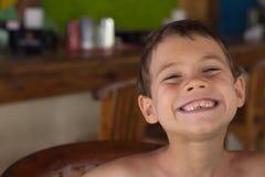 Jonge Jongen die een Grote Grijns glimlachen royalty-vrije stock foto's