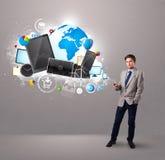 Jonge jongen die en zich op zijn telefoon bevinden doorbladeren Royalty-vrije Stock Foto